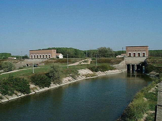 Veduta del canale Navarolo a Commesssaggio, con il ponte in barche ed il Torrione Gonzaghesco