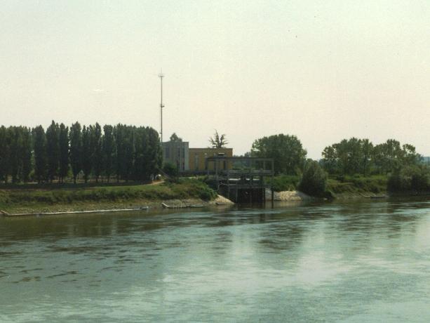 Vista da fiume dell'opera di presa dell'impianto di derivazione irrigua di Casalmaggiore